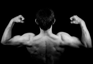 Mann, der sein Bodyweiht trainiert hat