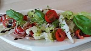 Frischer Kopfsalat mit Tomaten