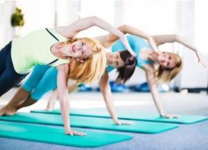 Frauen führen eine Pilates Übung durch