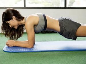 Frau macht einen Plank