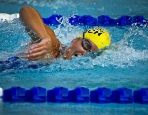 Frau beim Schwimmen Workout