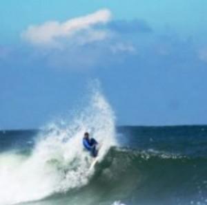 Mann beim Wellensurfen