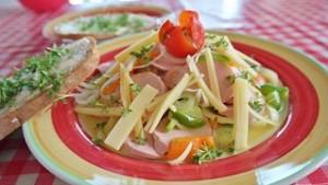 Köstlicher Wurstsalat mit Käse